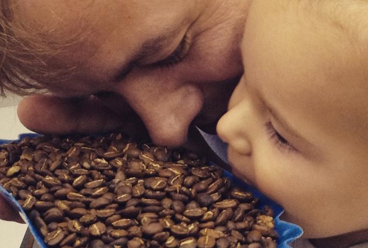 barista kim ossenblok con hijo control de calidad para cafetería